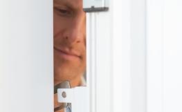 Schlüsseldienst Türöffnung – wer haftet für Schäden?