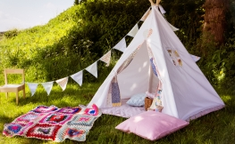 Feierliche Dekoration in schönen Zelten und temporären Räumen