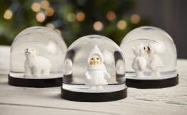 Dekorieren zu Weihnachten mit Schneekugeln