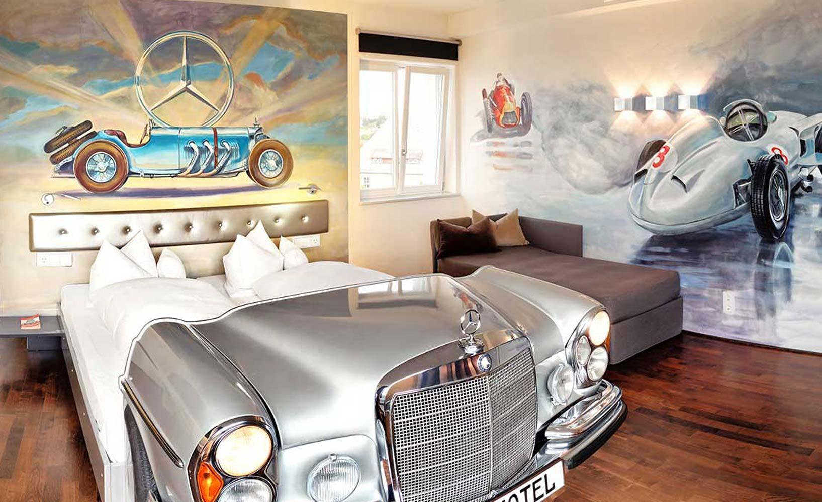Bett aus Autoteilen