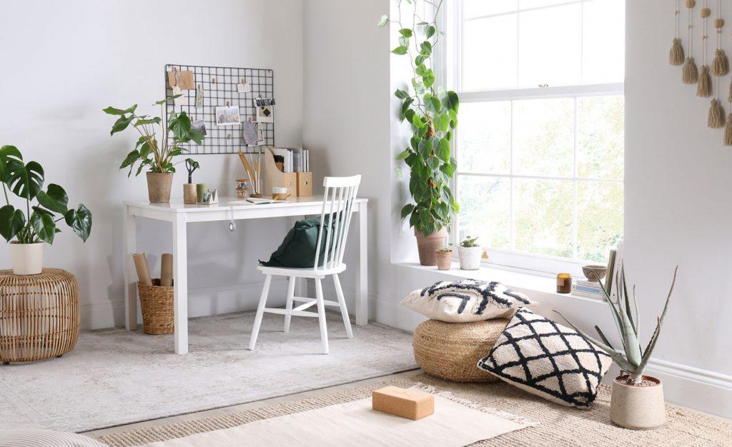Multifunktionales Wohnzimmer für die Arbeit von zu Hause